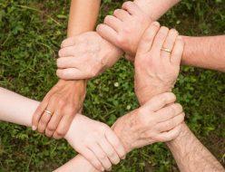 手をつかみ合い輪になる仲間