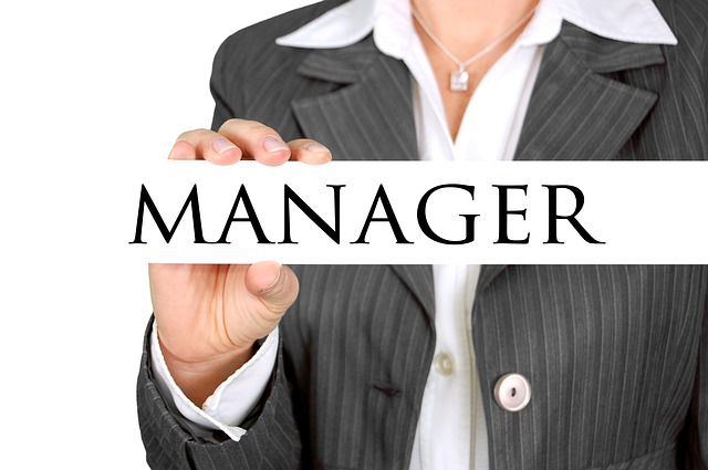 マネージャーの札を掲げる女性