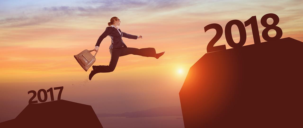 年をまたいでジャンプする女性