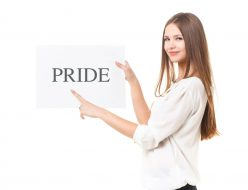 プライドという文字を指している女性
