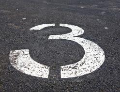 道路に描かれた「3」