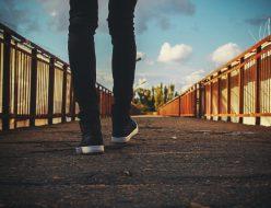 石橋を渡る人