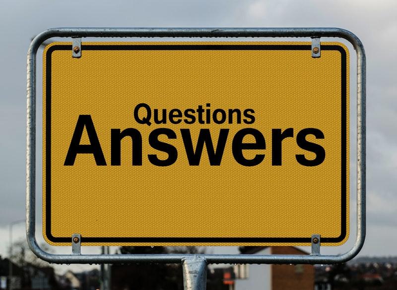 「質問と答え」と書かれた看板