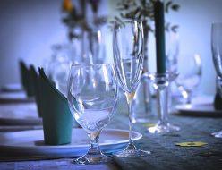 ワイングラスが並んだテーブル